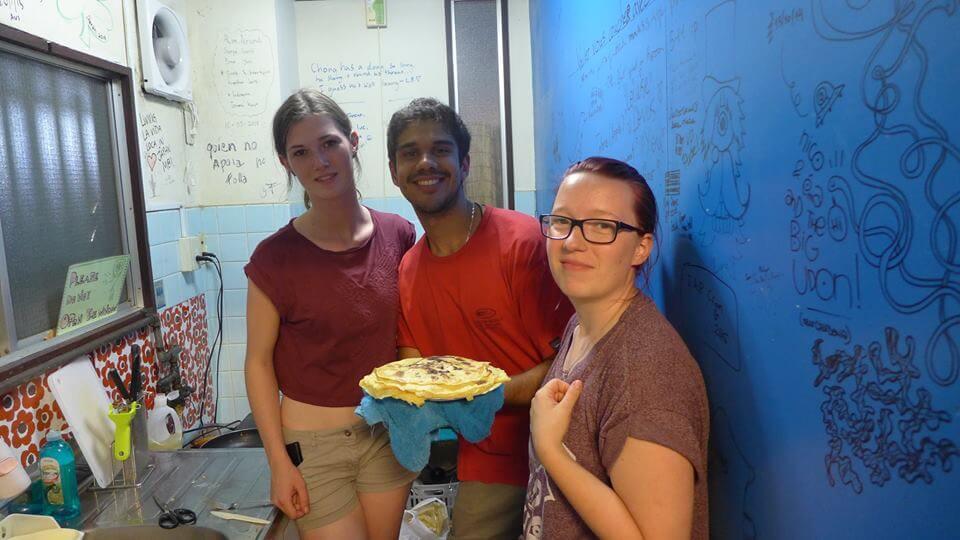 Hemlagade pannkakor med tre nyfunna vänner från olika delar av världen.