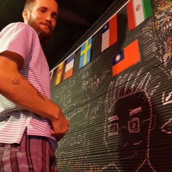 Axel skriver sitt namn på barens vägg