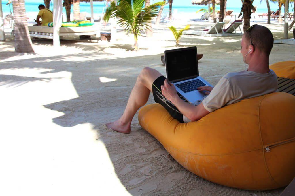 Arbeta på stranden i Thailand