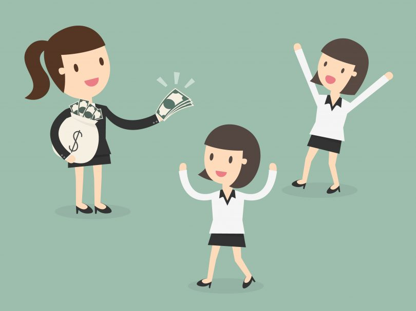 Kvinna viftar med pengar
